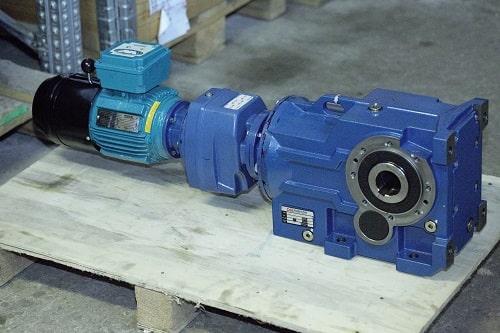 Конически-цилиндрический мотор-редуктор в соединении с соосным редуктором